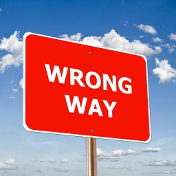 Cartel rojo con la frase Wrong Way